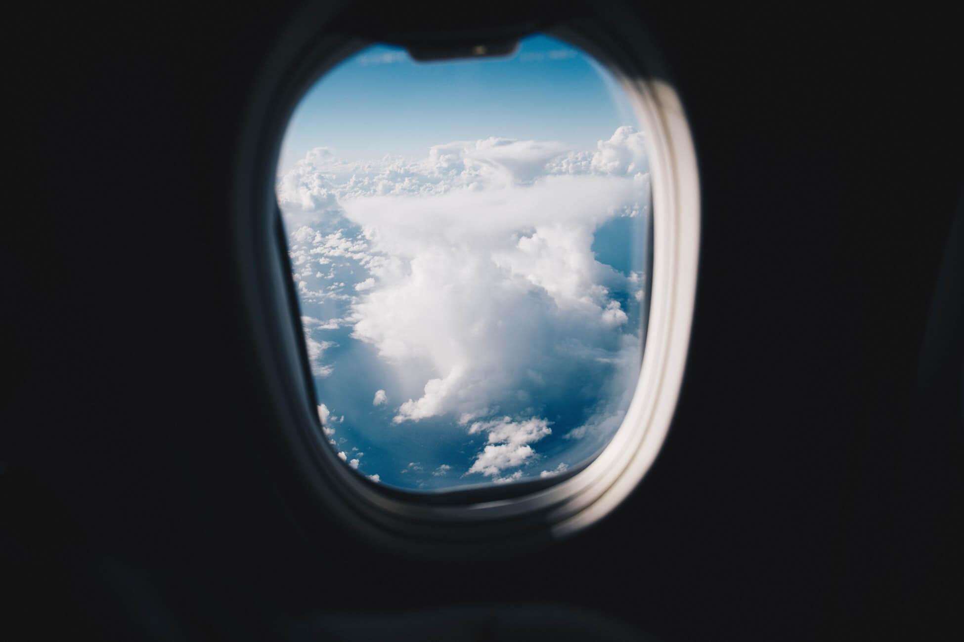 Поясним: как избежать места «у окна без окна» в самолёте
