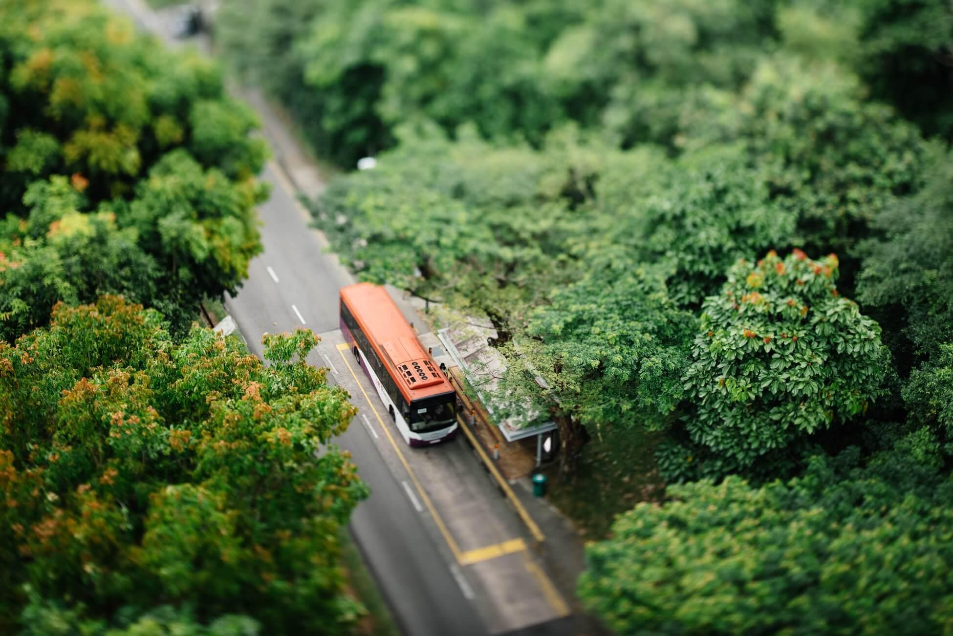 За проезд передаём: автобус из Дели в Лондон
